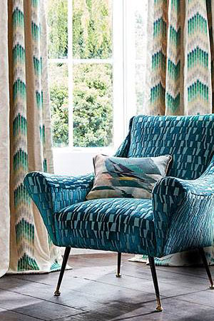 momentum-fabric-wallpaper-living-room
